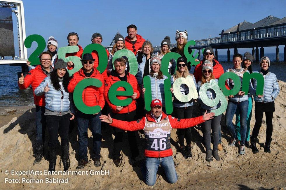 Prominente TV Stars präsentieren die Spendensumme des Charityrennens, zur Scheckübergabe von Cellagon an die Welthungerhilfe. - Foto: ExperiArts Entertainment - Roman Babirad