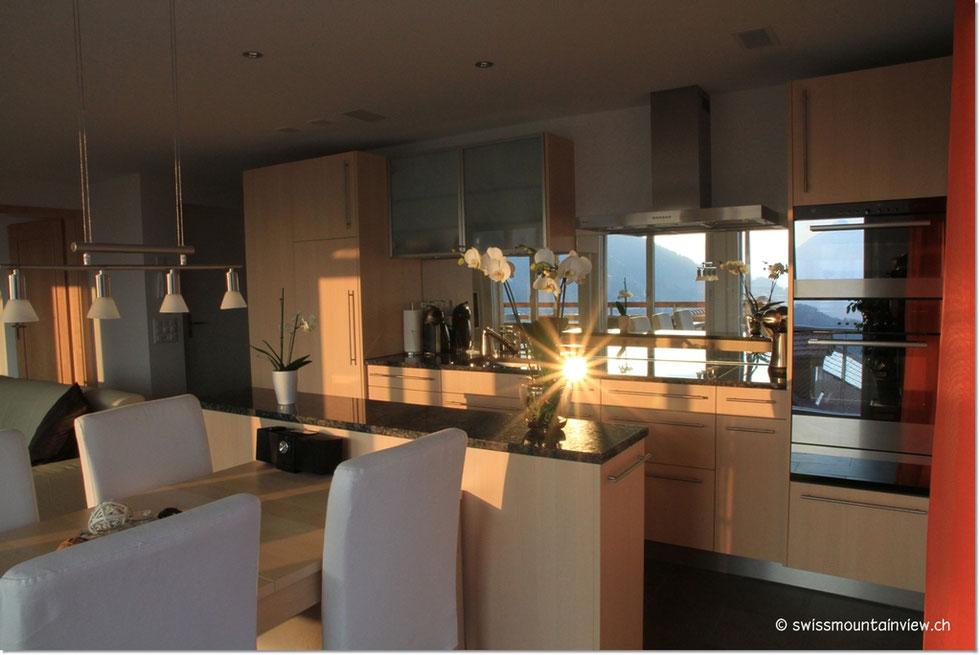 Während des Kochens geniesst man dank des Wandspiegels die herrliche Aussicht auf Thunersee, Niesen und Beatenberg - oder den Sonnenuntergang.