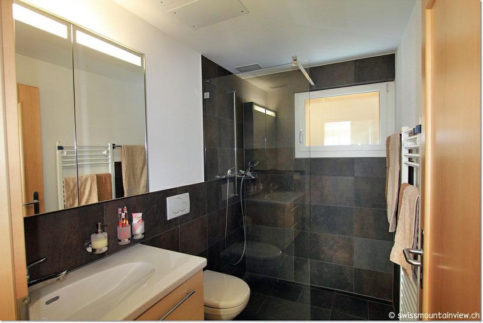 Das moderne Bad mit elektrischem Handtuchradiator.