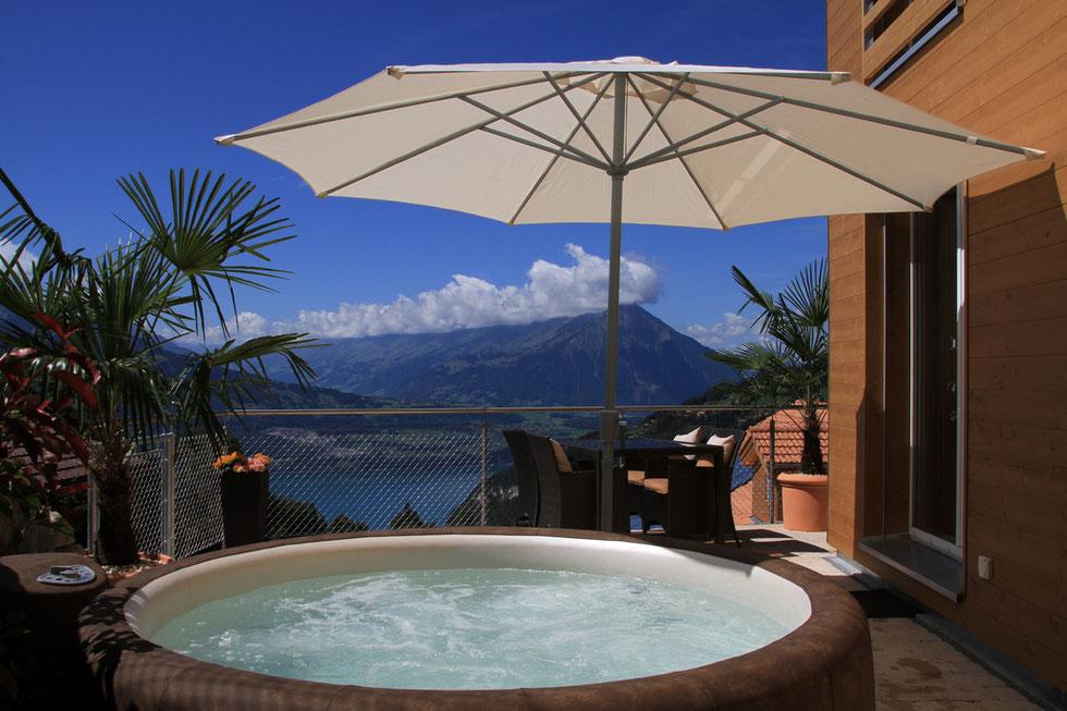 Terrasse mit traumhaftem Ausblick und Whirlpool