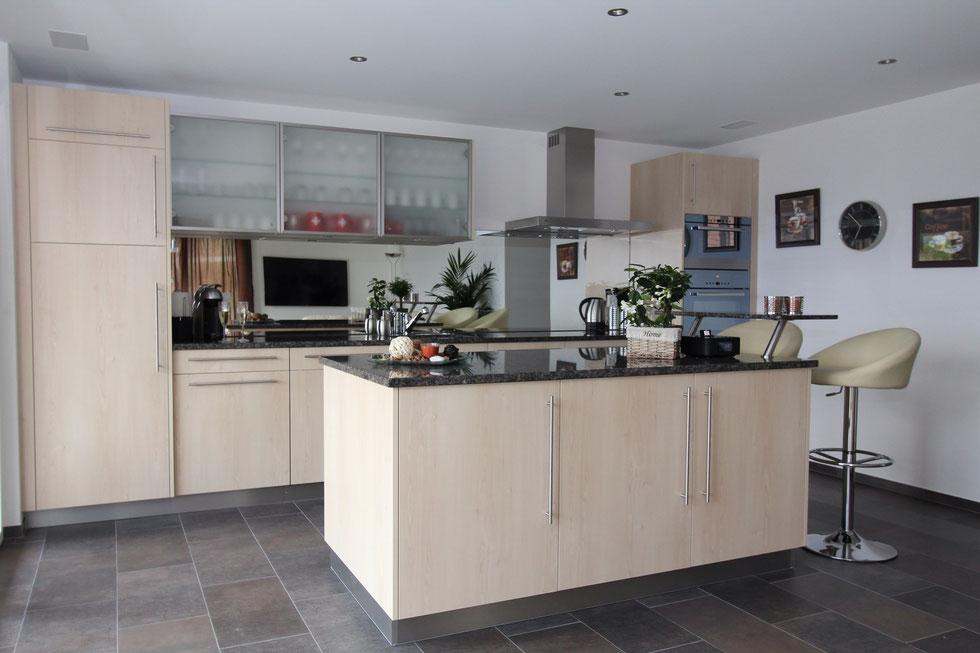 Küche mit allem Komfort - Geschirrspüler, Umluftbackofen, Mikrowelle, Kapsel-Kaffeemaschine grosser Kühlschrank mit Gefrierfach