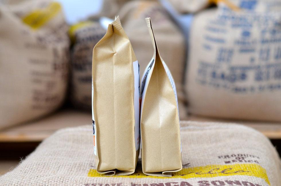 Bild 3: In der linken Packung wurde der Röstkaffee nach dem Röstvorgang direkt verpackt. In der rechten Packung befindet sich Röstkaffee der für ca. 12 Stunden ausgasen konnte.