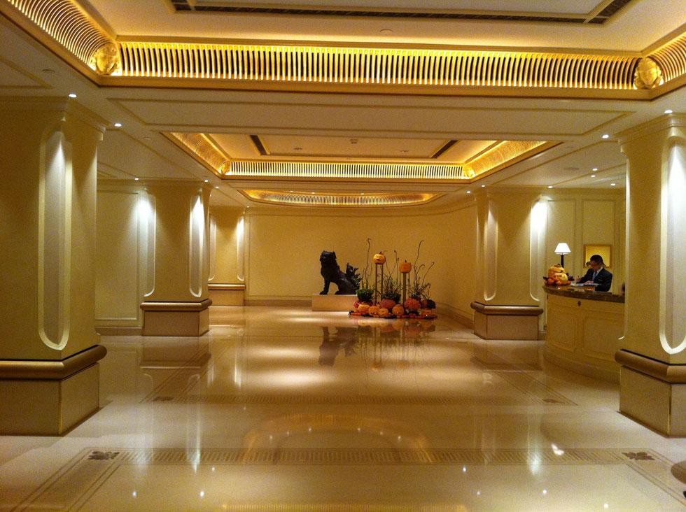 Lobby hall Hotel Hong Kong in Crema Marfil marble