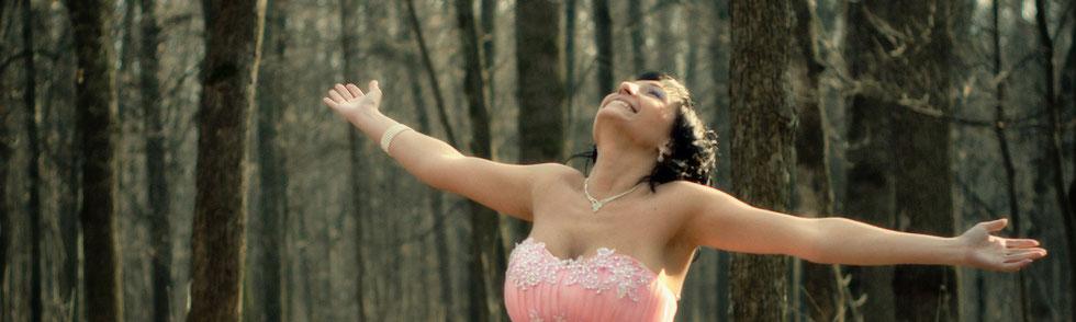 Яркие положительные эмоции невесты на свадебном фото