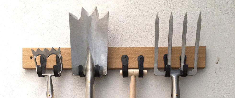 Robuster Gartengerätehalter aus Holz bei www.the-golden-rabbit.de