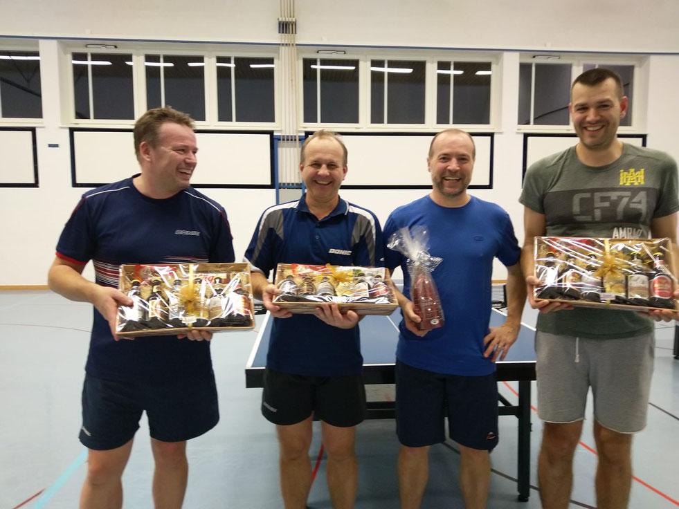 Das Finale der Doppel-Clubmeisterschaft (2te Ivan Bütler (ganz links) und Thomas Jutzeler (ganz rechts), die Sieger Stöff Schreyer (2vl) und Roman Stüssi (3vl).