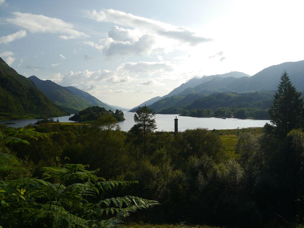 Blick vom Aussichtspunkt auf Loch Shield mit dem Monument von Bonnie Prince Charles...  und im Rücken das Viadukt aus den Harry Potter Filmen