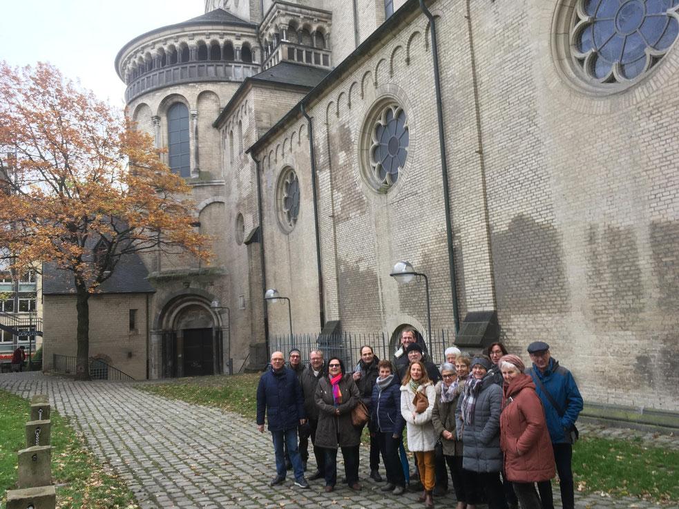 Mitarbeiter der Pfarrei vor der Kirche Groß St. Martin in Köln