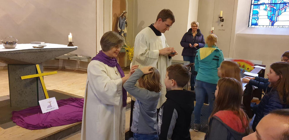 Angela Hoppe und Bernd Fallbrügge spenden das Aschekreuz in St. Liborius