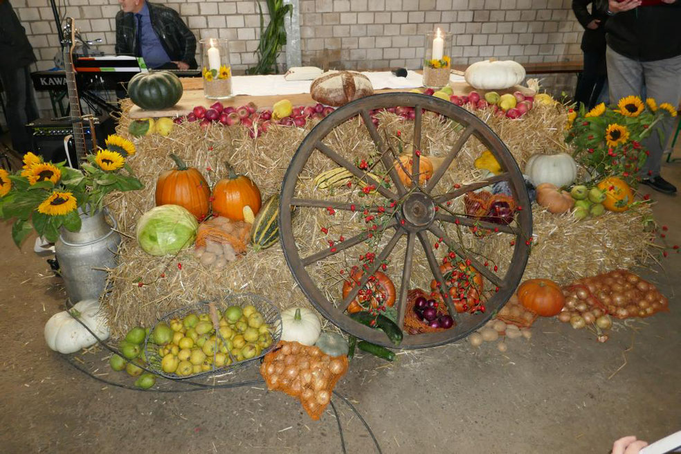 Die unterschiedlichsten Feldfrüchte schmücken an diesem Erntedankfest den auf Stroh errichteten Altartisch