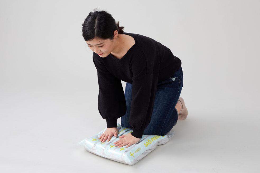 日本製の強力チャックを使用しており、体重をかけたり、くるくると手で丸めるだけで、ご年配の方や女性やお子様でも簡単に空気が抜くことができます。