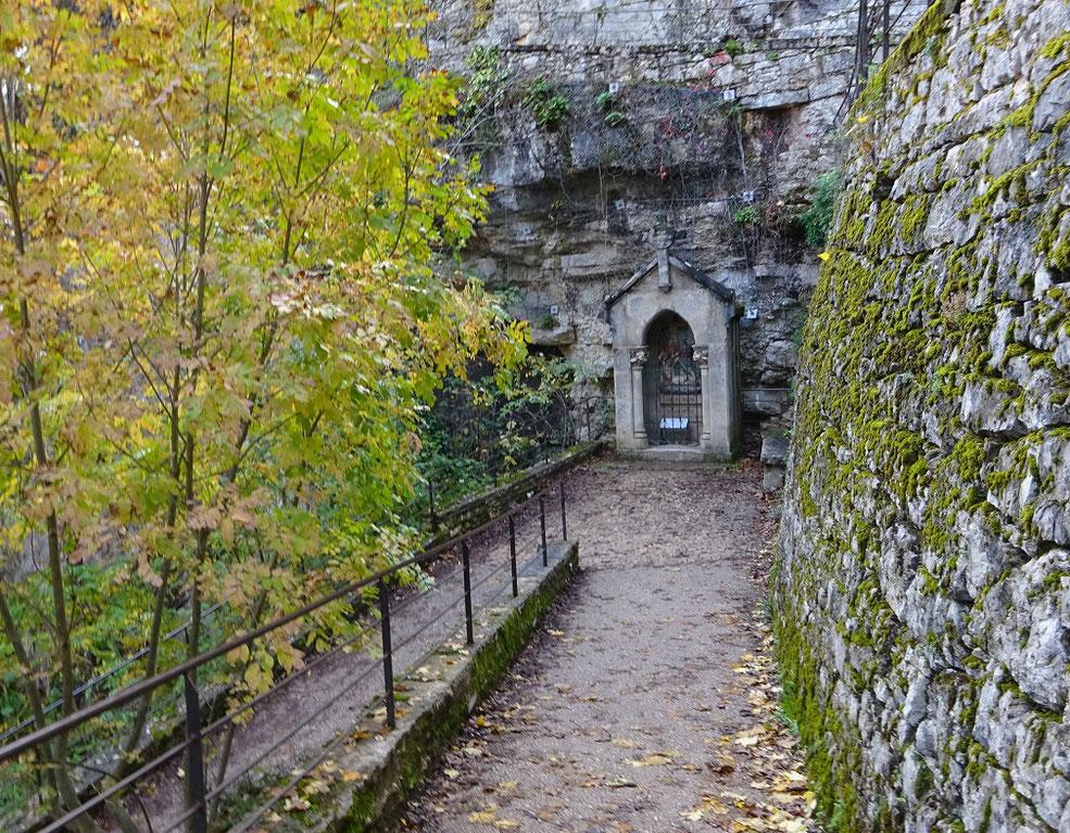 Le chemin de Croix qui descend du château au sanctuaire.