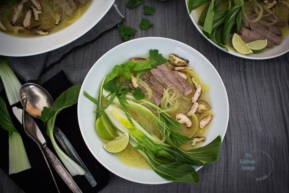 Vietnamesische-Pho-Bo-Tai-Nudelsuppe-mit-Rindfleisch-und-Pak-Choi