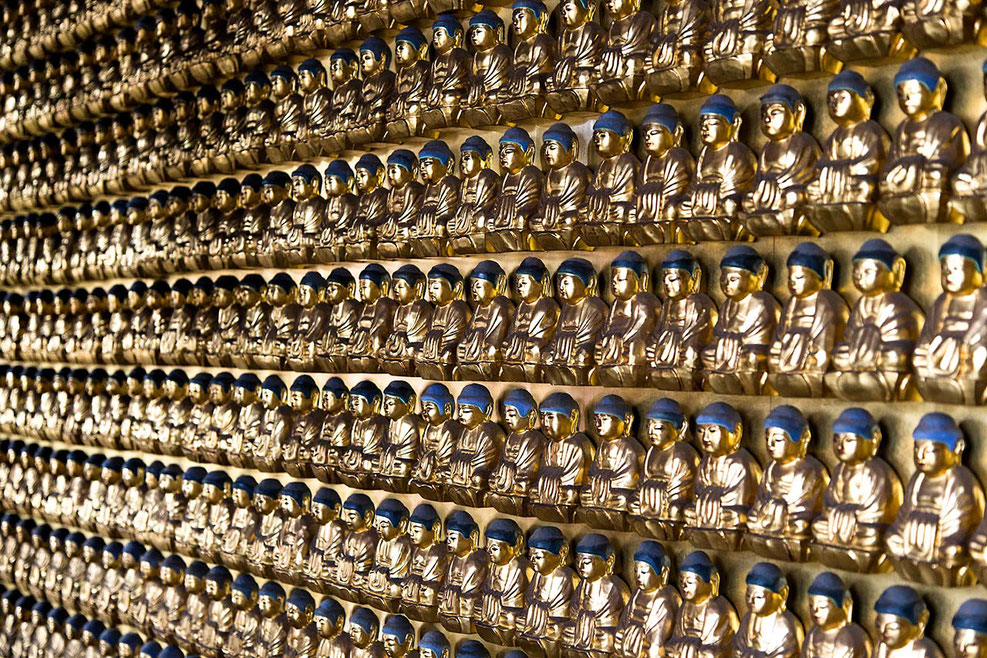 Countless golden Buddha Statues in a Temple, Shrine in Tokyo, Japan, 1280x853px