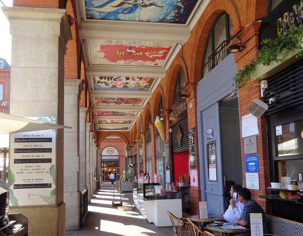 La Galerie des Arcades qui fait face du Capitole fut construite entre 1851 et 1854. La voute est décorée de 29 peintures retraçant l'histoire de la ville.