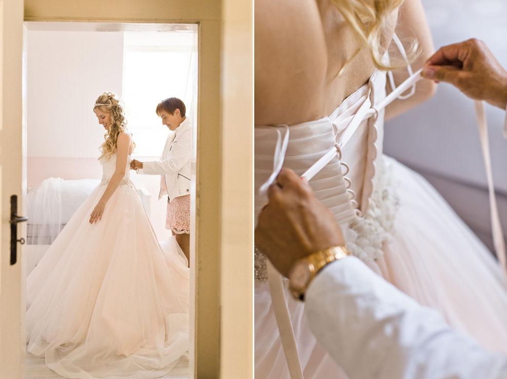 braut, brautmutter, before wedding, getting ready, brautkleid schnüren