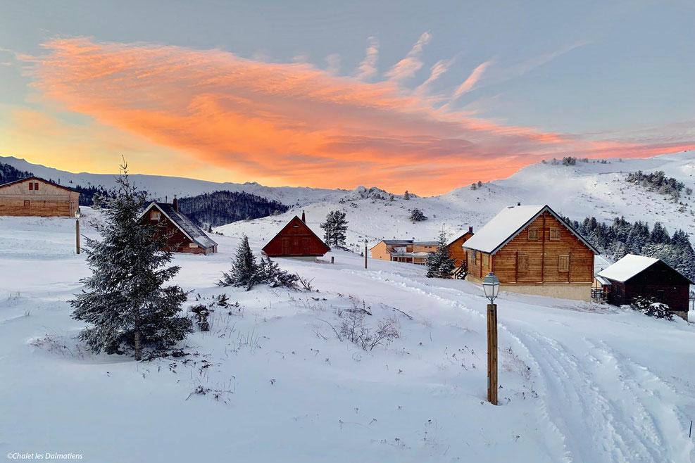 Levé de soleil sur les chalets de la station de ski de Camurac ©Chalet les Dalmatiens