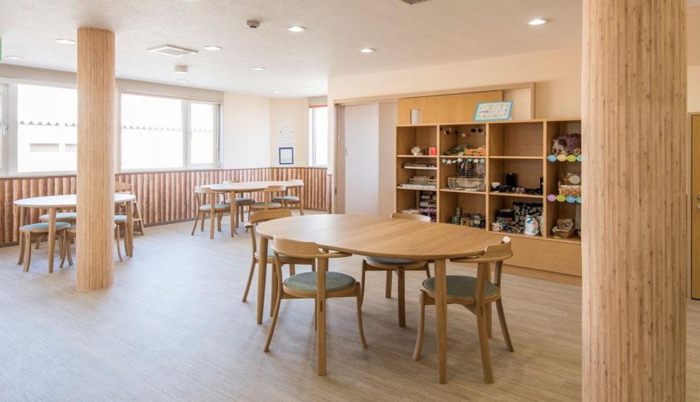 枝幸町にある子育てサポート拠点施設にじの森の交流スペースはだれでも気軽にくつろげるスペースです。