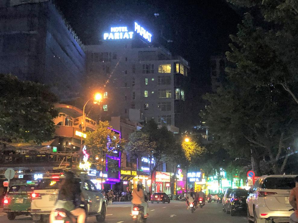 夜でも交通量の多いダナン