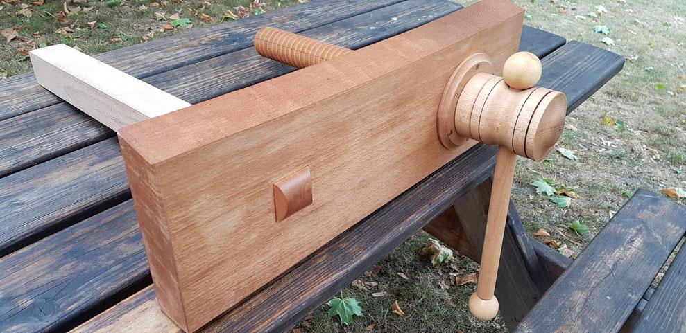 Beach wood face vice for a wooden vice screw and a wood working bench, husillo roscado de madera para vicio de carpintero. broche filetée en bois pour étau de charpentier.  snickare vice.