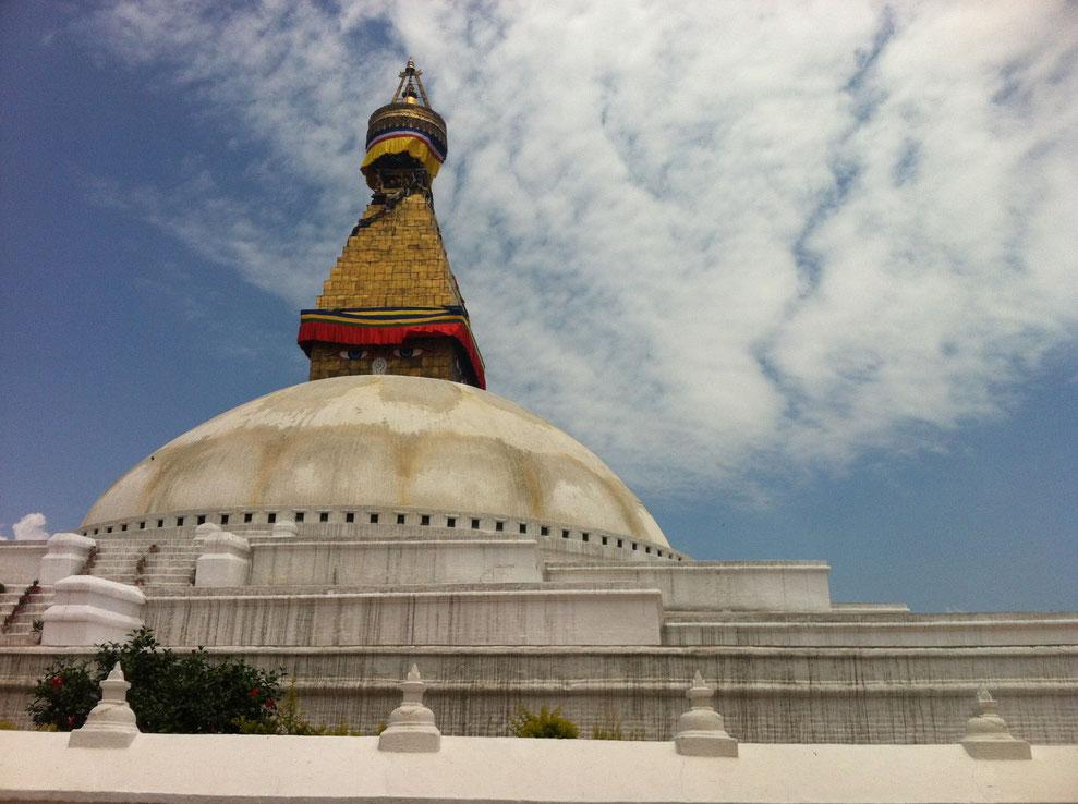 Der Stupa in Bodnath, wenige Minuten vor dem dritten schweren Beben am 12. Mai 2015. Auffällig ist, dass keine Gebetsfahnen im Wind flattern...