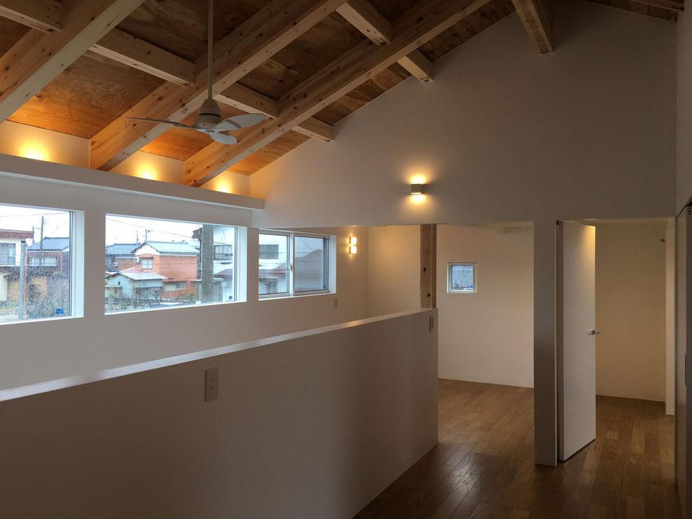 塗装の白い壁 吹抜け 間接照明 構造表し