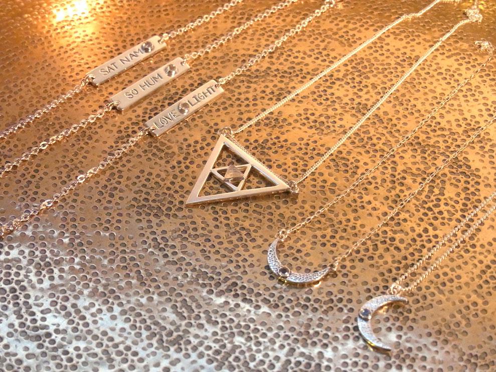 Silberketten mit Mondsichel Anhänger und Dreieck mit Mondstein