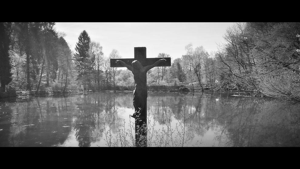 Wohl einmalig in NRW: gekreuzigter Jesus im See