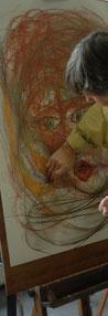 Een vrouw  heeft met houtskool getekend vanuit de beweging, en komt nu met krijt tot vormgeving van haar eigen beeldentaal