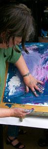 Een vrouw schildert met haar handen, en komt vanuit de beweging tot vormgeving en haar eigen Beeldentaal