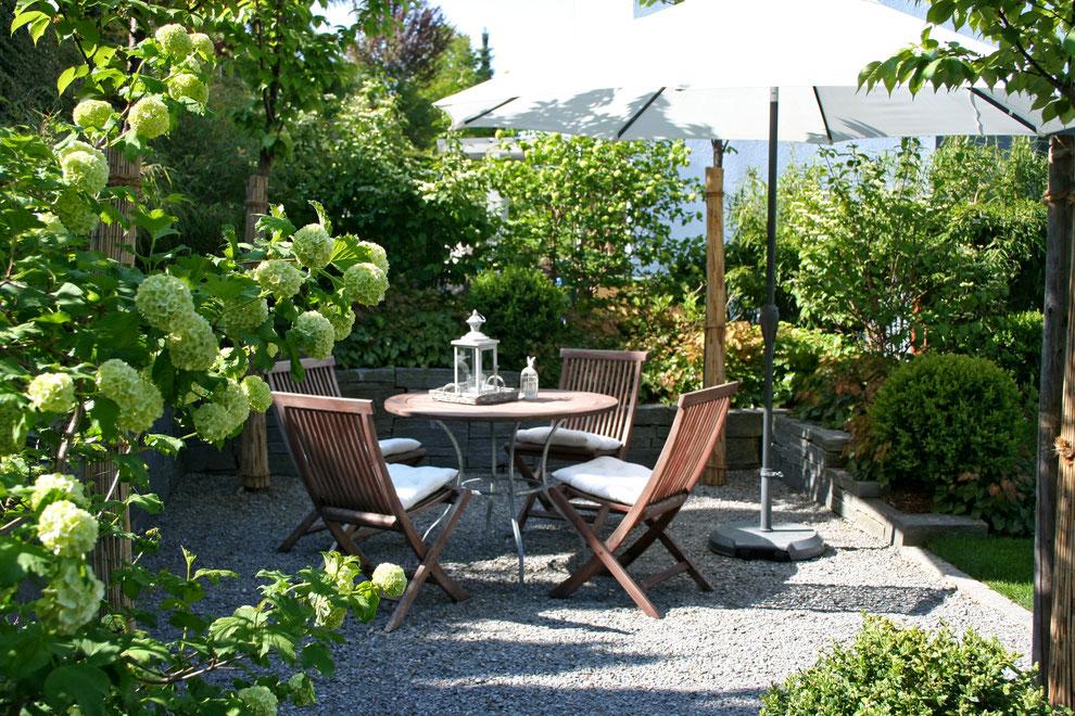 Sitzplatz im Garten, Sonnenschirm, Kiesplatz, Hortensie, Schatten