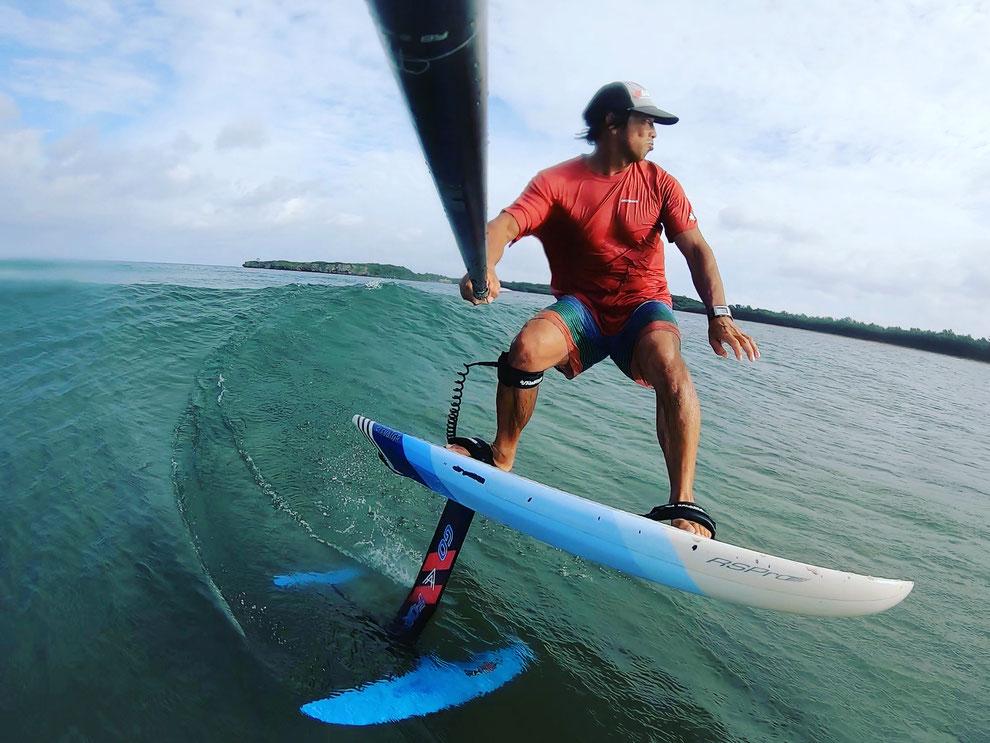 西表島でのフォイルSUPサーフィンする代表 徳岡