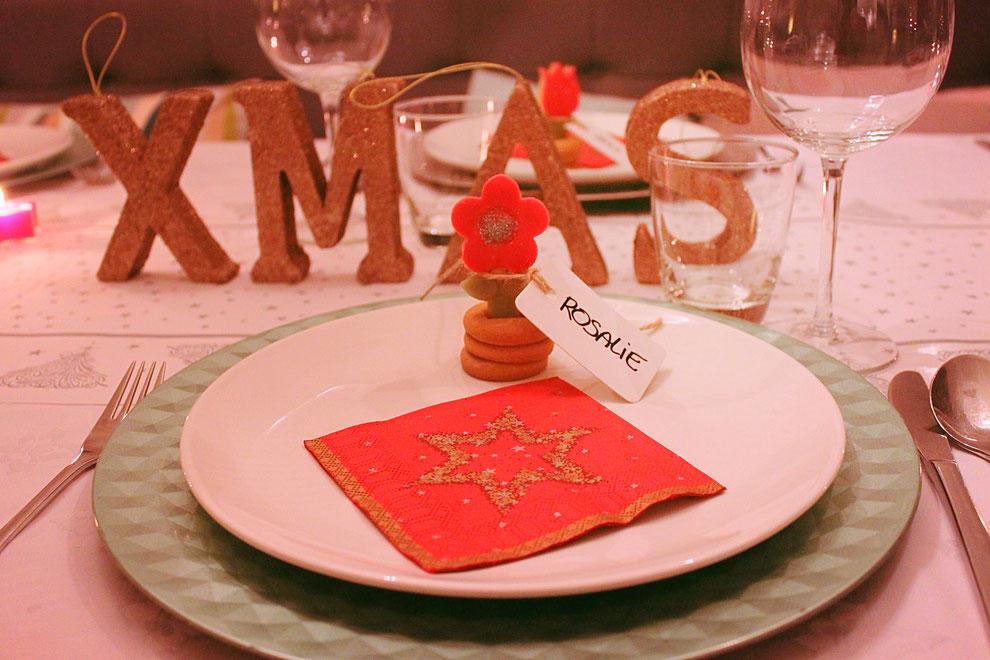 Kersttafel versieren met 3D koekjes naamkaartjes voor tafelschikking