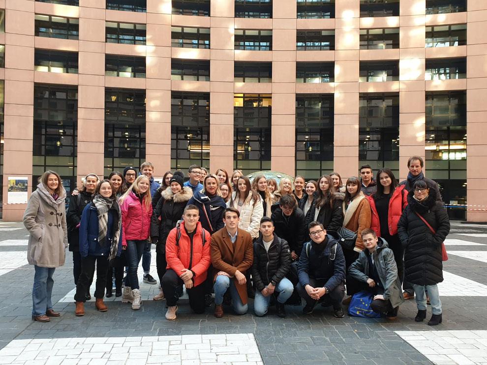 Gruppenbild im Innenhof des Europäischen Parlaments in Straßburg