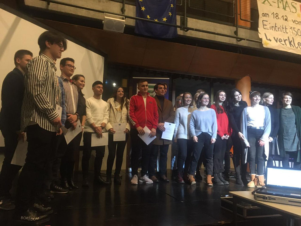 Alle Quizteilnehmer mit Urkunden auf der Bühne des Geschwister Scholl-Gymnasiums in Stuttgart