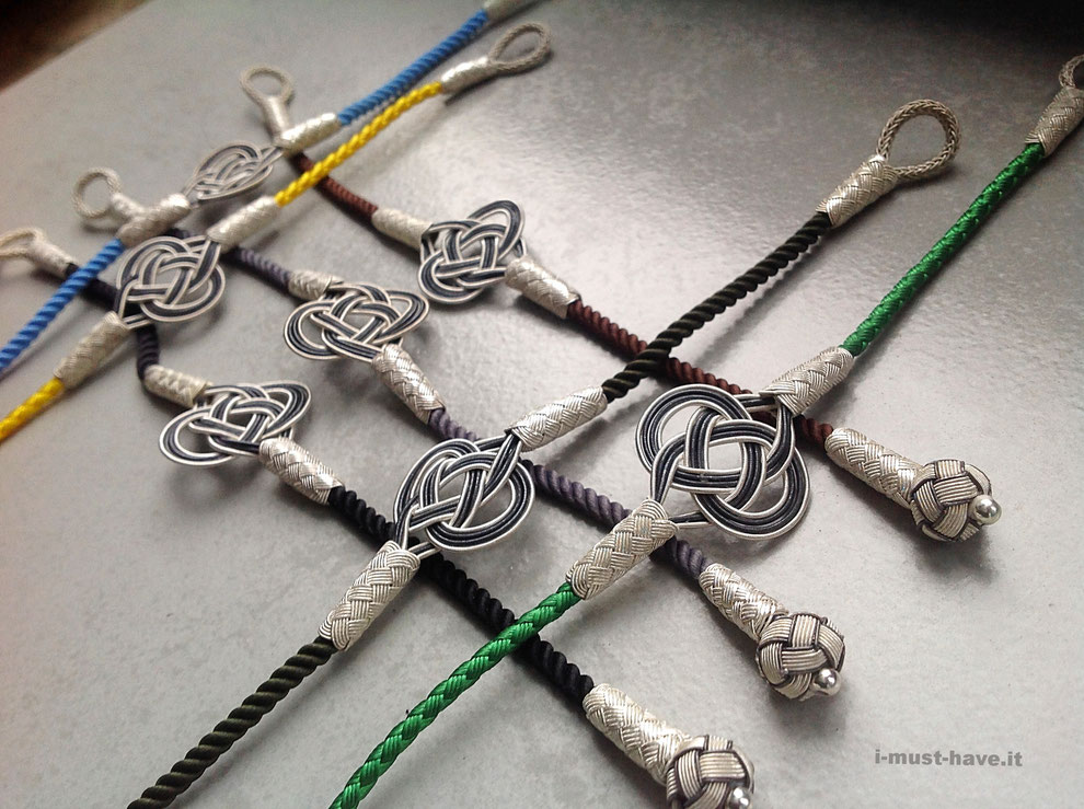 Endlose Knoten aus reinem Silber- Draht an bunten Kordelbändern. i-must-have.it