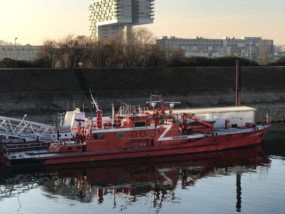 """Feuerlöschboot """"Hydra"""" am Anleger in Köln-Deutz"""
