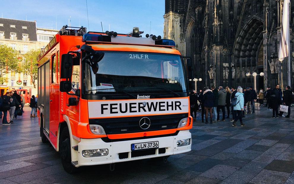 Köln   HLF der Berufsfeuerwehr vor dem Domportal   November 2019