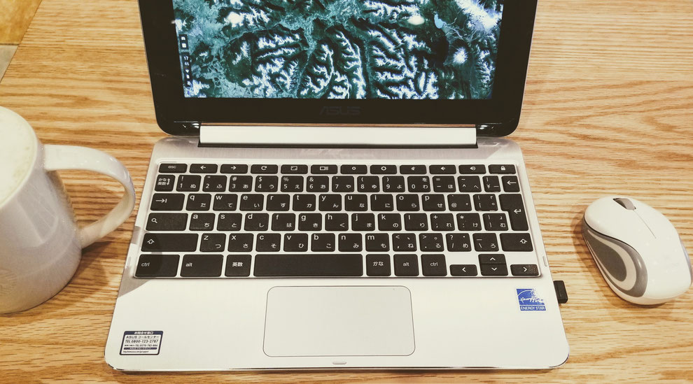 カフェでノートパソコンで仕事をする