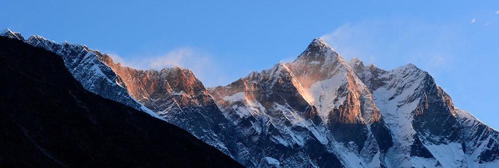 Nuptse- (links) und Lhotsewand (rechts) bei Sonnenaufgang