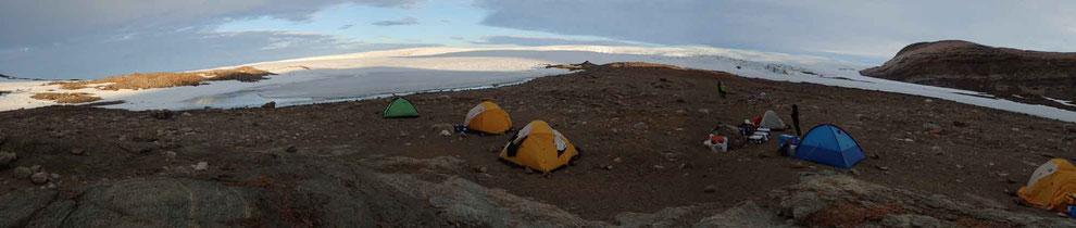 氷河の予察キャンプとラングホブデ氷河(背後)