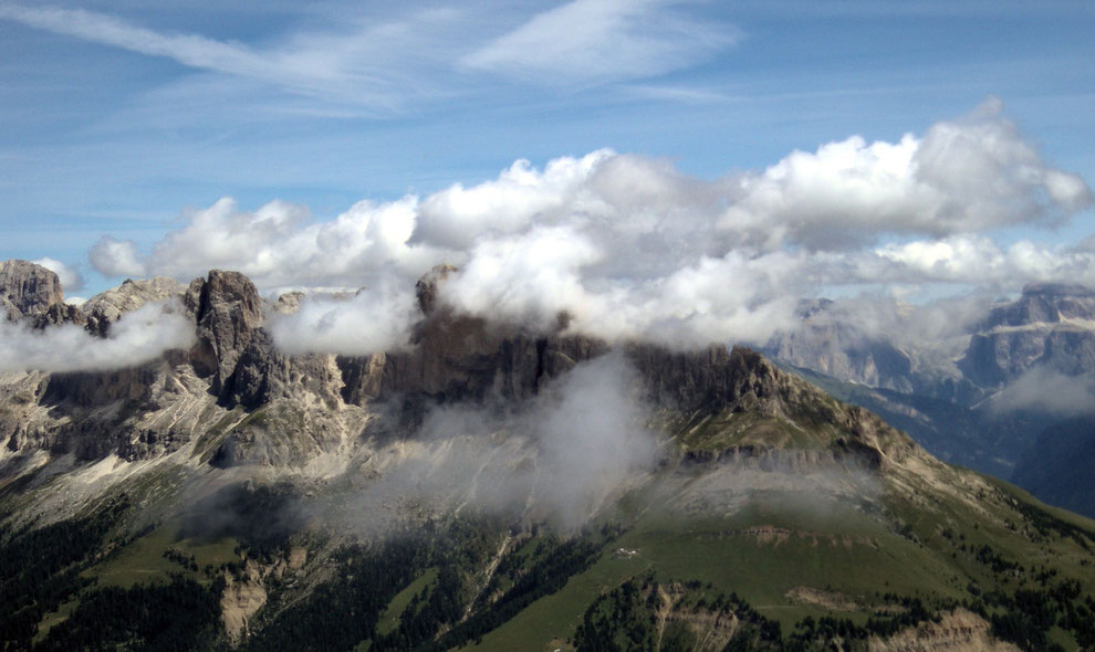 La Roda di Vael, avvolta nelle nuvole, vista dai Campanili del Latemar