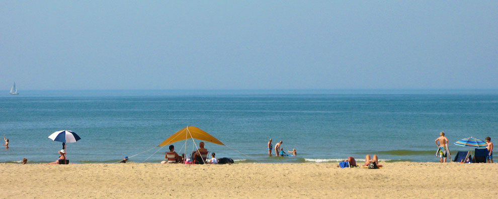 Nordsee-Strand Texel im Sommer mit Badegästen