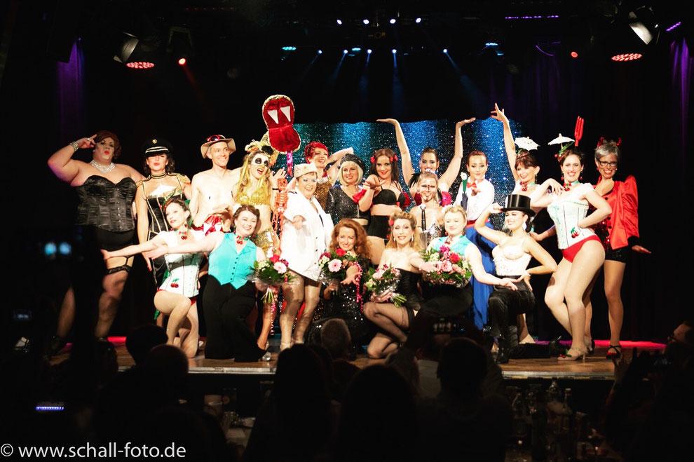 Das Ziel der Acts die auf den Solo Act Workshops der Munich School Of Burlesque entstehen ist die Bühne. Unsere Solistinnen zeigen Ihre Acts regelmäßig zwei Mal im Jahr in abendfüllenden Shows an professionellen Münchner Bühnen.