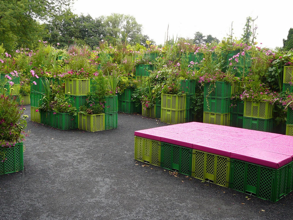 Noch so ein toller, gelungener Garten! Gerne gehen wir durch das Pflanz-Kisten-Labyrinth; immer neue Pflanzen auf unterschiedlichen Ebenen,-schön!