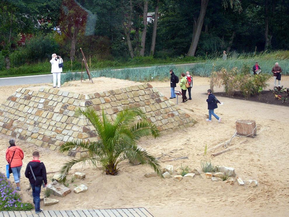 Im Vordergrund ist das Zuggeschirr zu sehen, mit dem die Steinblöcke die Rampen der Pyramide hochgezogen wurden. Ausprobieren erlaubt!