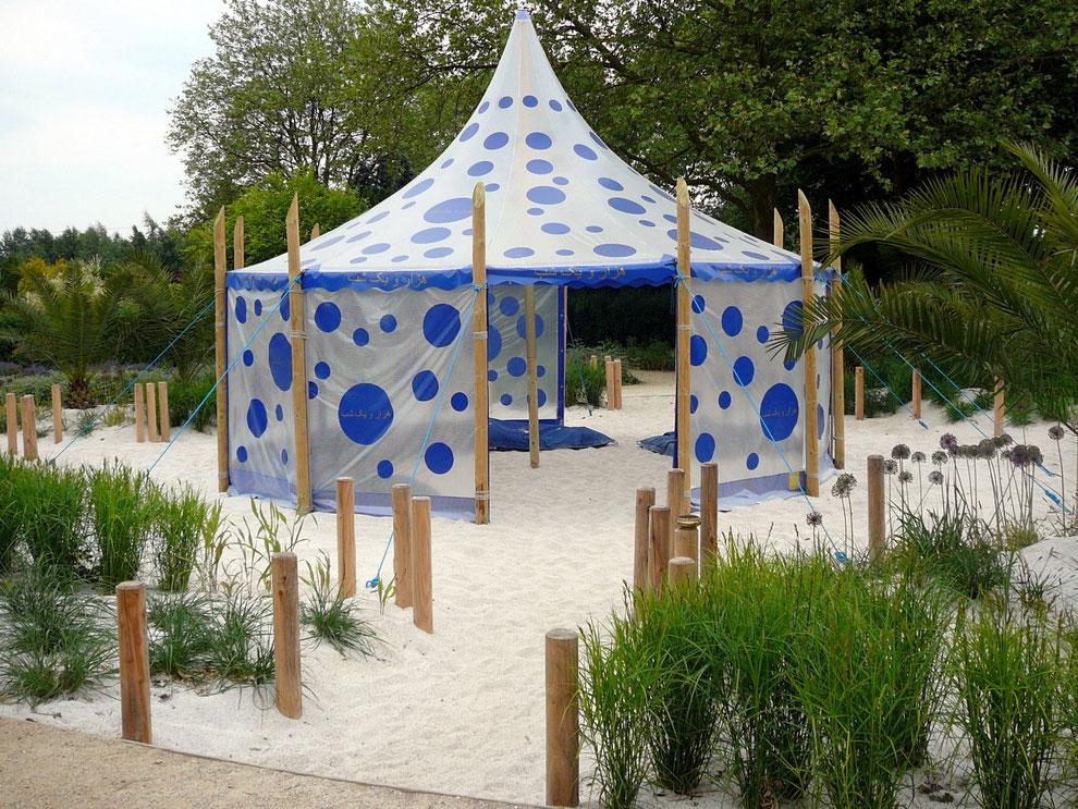 Im wetterfesten Zelt laden große blaue Kissen zum Ausruhen und sich unterhalten ein. Um das Zelt herum blühen Rosen+ Allium, Palmen und Gräser rascheln im Wind und aus den Räucherschalen strömt der Duft von Weihrauch....- einfach märchenhaft!
