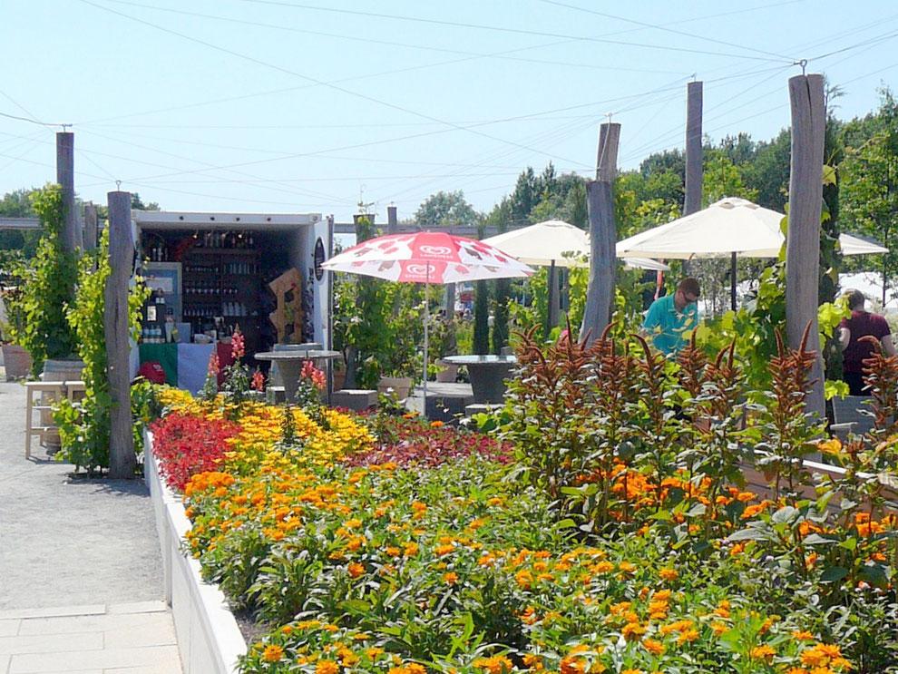 Nur bei ganz schlechtem Wetter waren die Plätze an der Bar nicht besetzt - ein sehr stilvoller Garten zum Verweilen!