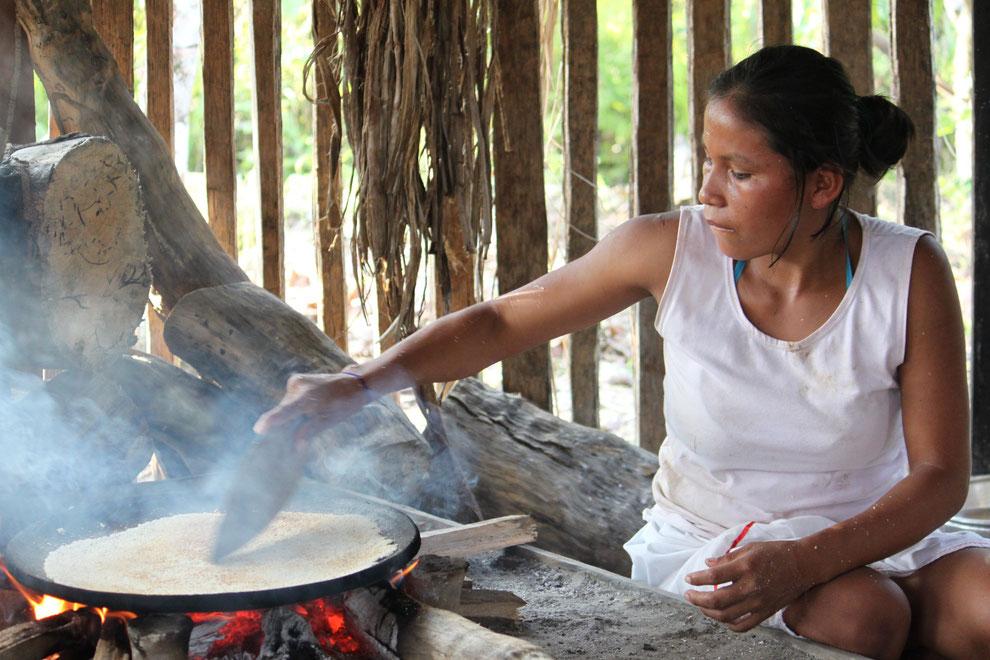 Cuayabeno Nationalpark, Herstellung von Maisfladen