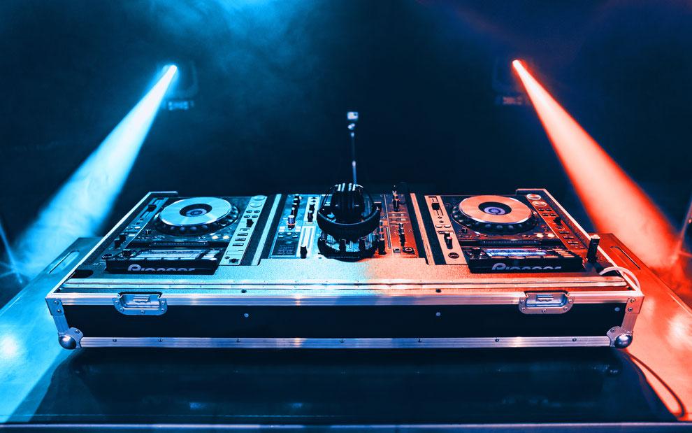 DJ mieten für Hochzeit, Geburtstag und Firmenfeier in Köln, Düsseldorf und ganz NRW.